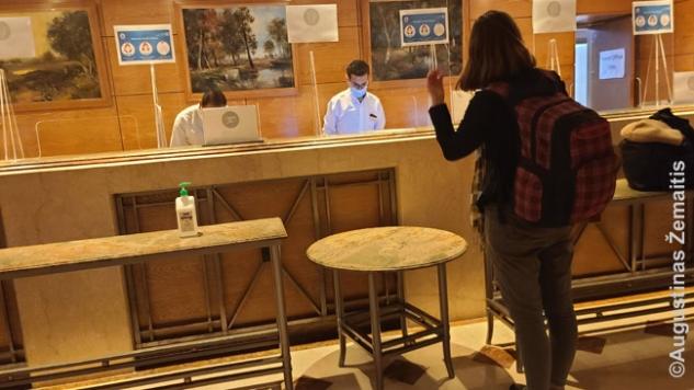Improvizuotas socialinės distancijos reikalavimas 5* viešbučio registratūroje - kad neprieitum per arti registratūros darbuotojų, sustumti stalai. Tenka kalbėti garsiai, bet egiptiečiai ir šiaip taip pratę