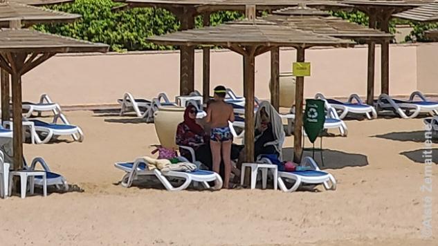 Vietinės turistės viešbučio paplūdimyje