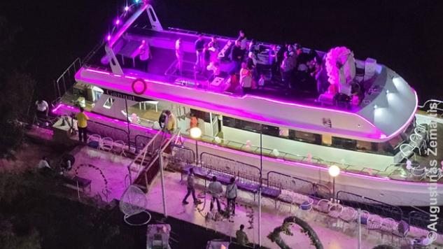 Eilinė vestuvių šventė švytinčiame Nilo laive. Turbūt vestuvių pagausėjo ir todėl, kad dėl karantino ilgą laiką Egipte jų nebuvo