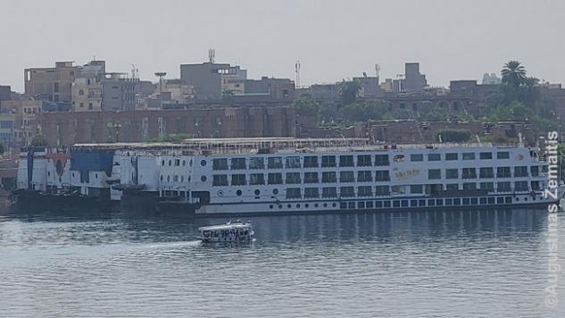 Tušti kruiziniai laivai, kuriuose - tik įgulos. Vienas matytų laivų - River Anuket. Tenykštis kovo 6 d. COVID protrūkis buvo pirmasis toks Egipte ir nuskambėjo visame pasaulyje taip, kad laivo pavadinimą iki šiol prisimenu: dabar toks protrūkis su keliolika susirgusių, beveik vien besimptomiais, atrodo juokingas