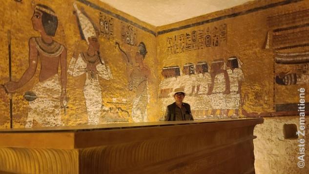 Tutanchamono kapo kopijoje (dabar skamba kvailai, bet į originalą skatinama neiti, kad turistų minios nepakenktų dekorui)