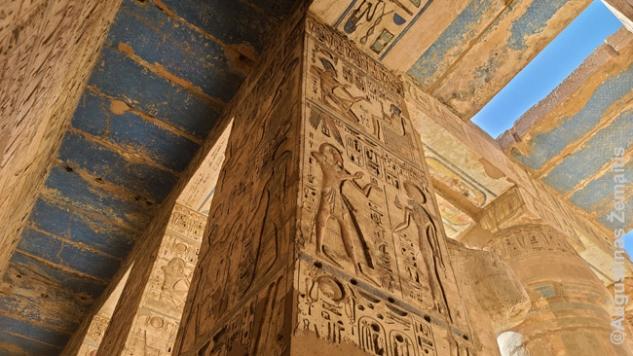 """Giliai įrėžti hieroglifai ir reljefai Medinet Habu šventykloje Luksoro vakariniame krante. Būdavo svarbu įrėžti kuo giliau, kad būtų kuo sunkiau ištrinti - nes dažnai būsimi faraonai trindavo iš istorijos savo pirmtakus ar net """"pasiimdavo"""" jų statulas tiesiog pakeisdami išraižytą vardą į savąjį (kadangi Egipte kone visi žmonės vaizduoti beveik vienodai, tai buvo paprasta)"""