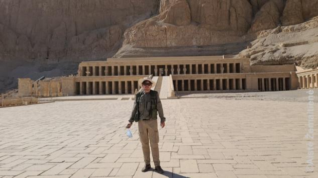 Prie Hačepsutės šventyklos turistų spiečiui išvažiavus. Darantis nuotraukas kaukę trumpam nusiimu