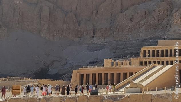 Turistų spiečius žengia į Hačepsutės šventyklą