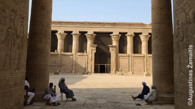 Nuobodžiaujantys prižiūrėtojai susirinkę pašnekėti prie Edfu šventyklos įėjimo