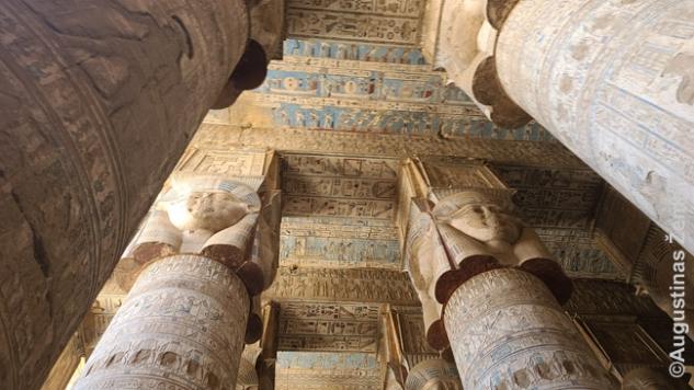 Dendaros šventykloje Kenoje. Kolonų viršūnėse - deivės Hator atvaizdai