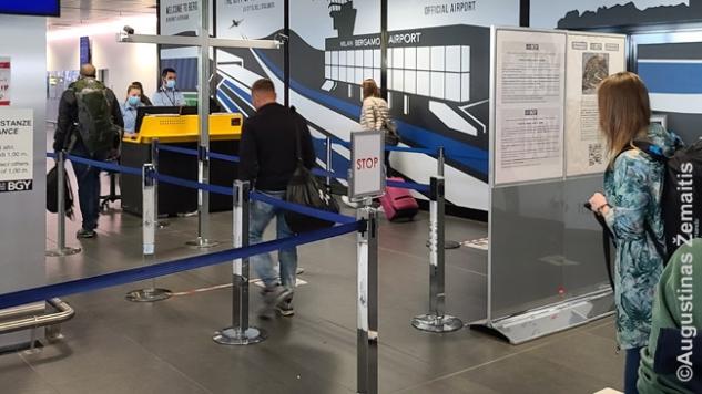 Temperatūros patikrinimas vos įėjus iš lėktuvo į oro uosto pastatą Bergame