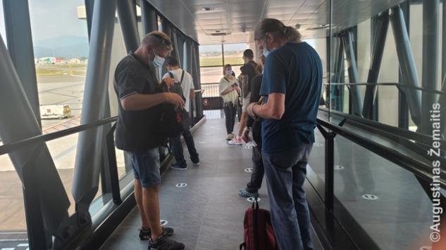 Prieš lipant į lėktuvą Milanas (Bergamas)-Stambulas. Tvarkos, kad kurį laiką visi keleiviai laikomi įlipimo koridoriuje, pigių skrydžių bendrovės nepanaikino