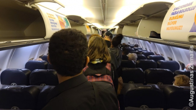 Išlipimas iš lėktuvo Hurghadoje. Kas neturi testų - sėdi, mes - lipame