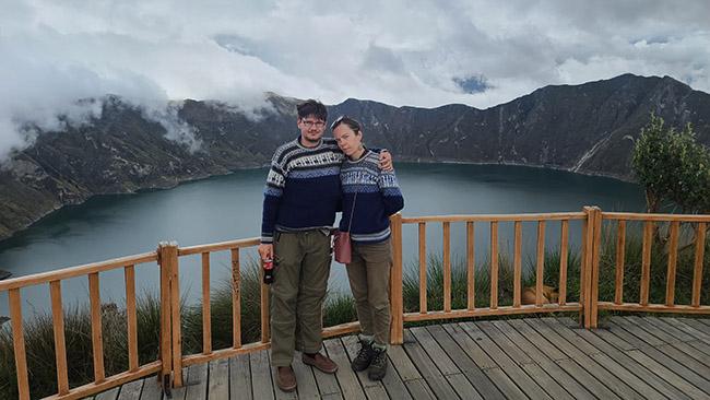 Prie Kilotoa ežero su Ekvadore įsigytais megztiniais - vieninteliu šiltesniu rūbu