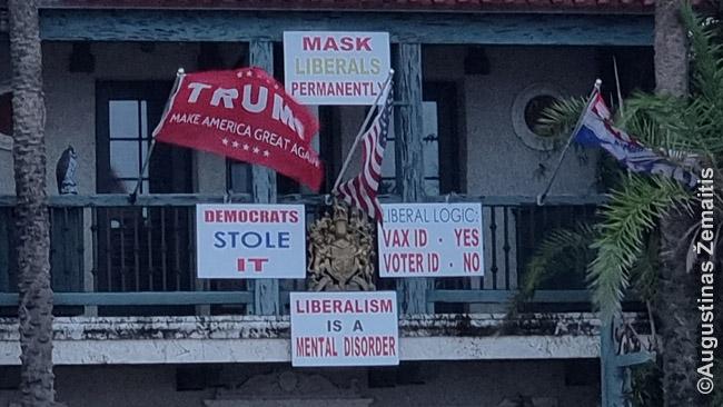 """Respublikoniški atsišaukimai ant privataus namo Floridoje: 'Liberalų logika: Vakcinacijos pažymėjimui - taip, rinkimų teisės pažymėjimui - ne"""" (aliuzija į esą suklastotus prezidento rinkimus 2020 m.), """"Lai liberalai nešios kaukes amžinai"""", """"Liberalizmas yra psichinė liga"""""""