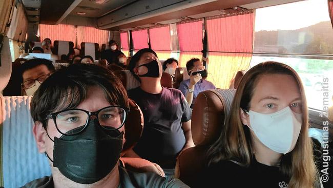 Korėjietiškame autobuse, kur tik trys sėdynių stulpeliai. Privlaomos kaukės viešajame transporte įvestos birželį.