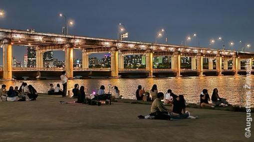 Palei Hano upę piknikaujantys korėjiečiai