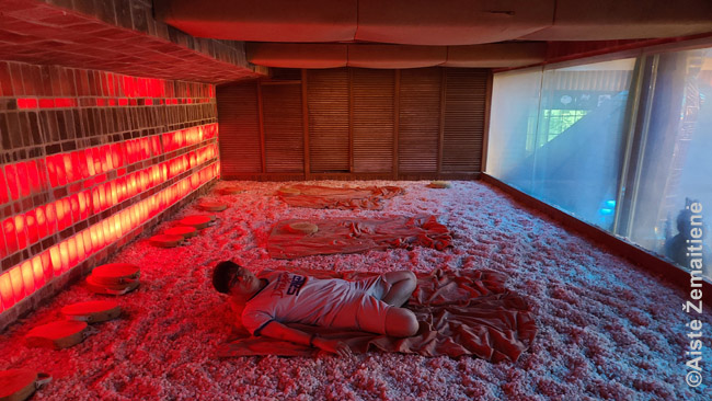 Pirtis, kurioje gulima ant specialių medinių burbuliukų
