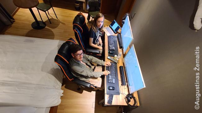 Dirbame Korėjos motelyje. Kompiuteriai su mechaninėmis klaviatūromis ir kitais niuansais. Korėjoje, atrodo, niekada netaupoma investicijoms į įrangą - net ir pigiuose moteliuose