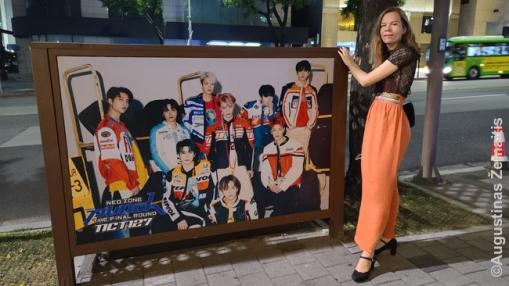 Kpopo žvaigždžių alėjoje Kangname - visų Korėją garsinančių grupių nuotraukos