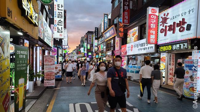 Lauke kur mažesni atstumai nešiojamos kaukės Korėjoje
