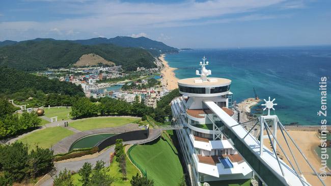 Čongdongdžinas nuo laivo formos viešbučio kalno viršūnėje