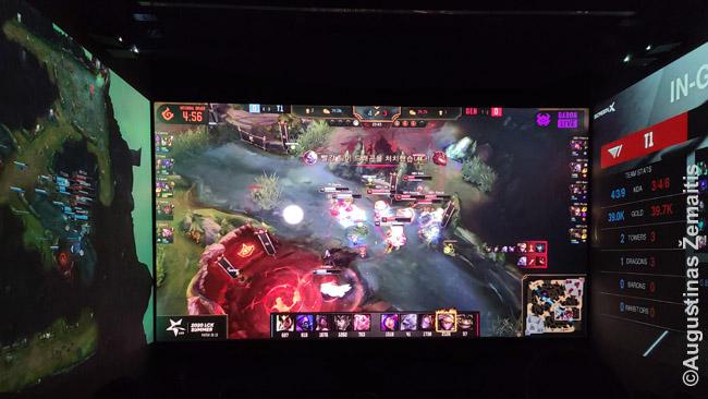 League of Legends kino teatre, kur ant sienų projektuojama statistika ir žemėlapis
