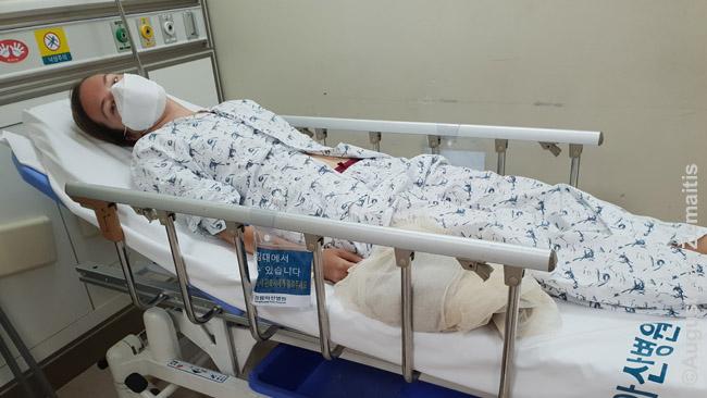 """Aistė ligoninėje. kadangi korėjietiški vardai iš trijų skiemenų, vardo lentelėje virš jos lovos tebuvo parašyta """"A-i-su""""."""