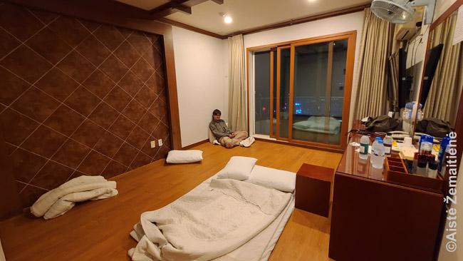 Ondol kambaryje Porjongo viešbutyje. Registratūros darbuotoja iš pradžių nenorėjo patikėti, kai užsakėme 'ondol' ir siūlė 'tobol' (su lova).