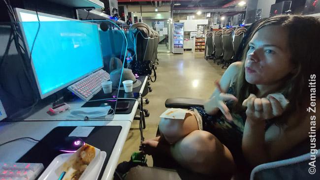 PC Bange (supermodernioje korėjietiškoje interneto kavinėje) stebime LOL varžybas