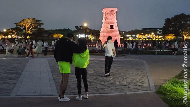 Korėjiečių porelė prie tūkstantmetės observatorijos Kjongdžu. Korėjoje įprasta poroms derinti rūbus tarpusavyje ar rengtis vienodai