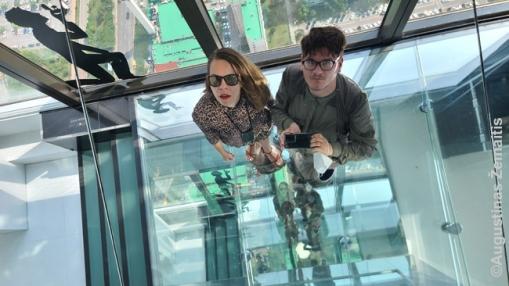 63 dangoraižio viršūnėje. 1990 m. jis buvo aukščiausias Azijoje, dabar ir Seule pranoktas, todėl apžvalgos aikštelei tenka traukti lankytojus kitaip – meno kūrniais, įdomiais veidrodžiais. Vien vaizdo nebepakanka
