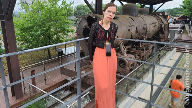 Prie išsprogdinto karo metų traukinio netoli Korėjų sienos