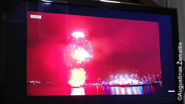 Naujųjų metų sutikimas Londone per televiziją. Irgi distopinis - šaudant fejerverkams, pasirodo visokie daktarai, kaukės ir t.t. ir kalbama beveik vien apie koronavirusą