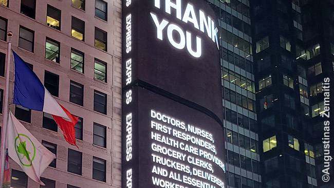 Padėka kovojusiems su pandemija Niujorko Times aikštėje