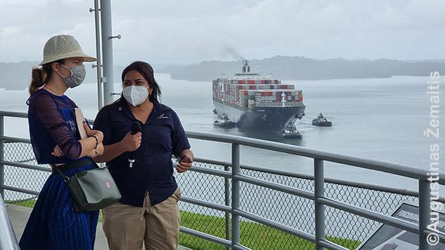 Agua Clara kanalo šliuzuose laivų komentatorė pasakoja apie praplaukiančius laivus