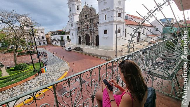 Savo balkone Panamos Katedros aikštėje