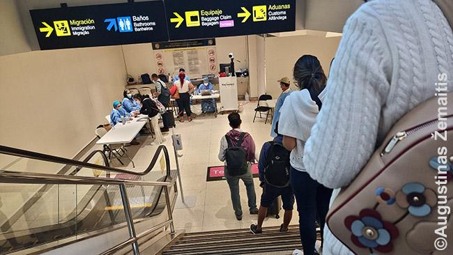 Ilga eilė Panamos oro uoste prie karantino punkto, kur tikrina testus. Pasų kontrolė - už jo. Jau žinojome, kur ir kaip stotis - juk per Panamą gruodį skridome į Ekvadorą. Per tą laiką oro uoste niekas nepasikeitė