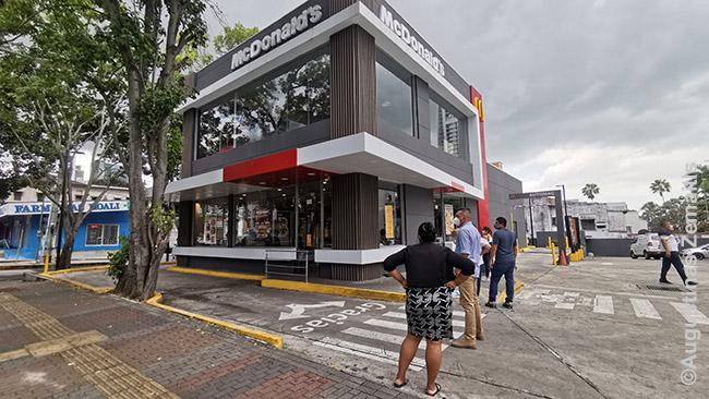 Eilė gatvėje prie Panamos McDonald's