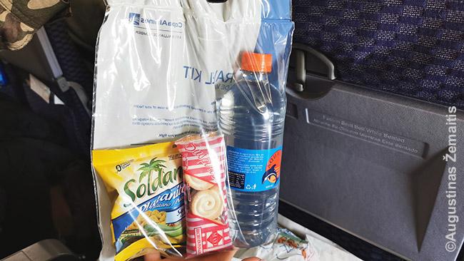 Maistas lėktuve paduodamas maišelyje, tikriausiai, kad mažiau liestųsi rankų