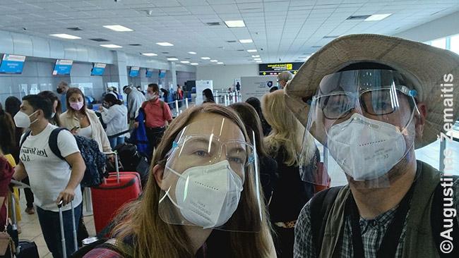 Laukiame lėktuvo. Kadangi Panamoje mums esant įvestas reikalavimas viešajame transporte dėvėti veido skydus, juos įsigijome. Tiesa, kaip pamatėme, tai rimtai prižiūrima tik sostinės autobusuose, o lėktuvams negalioja, tad buvome mažuma
