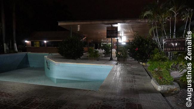 Tuščias viešbutis pakeliui su išleistu baseinu ir puse išjungtų šviesų, prieš registratūros užsidarymą netikėtai sulaukęs klientų (mūsų)