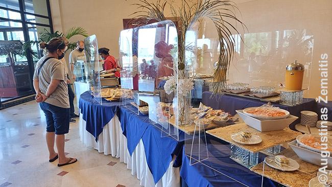Pusryčių bufetas viešbutyje, kur maisto iš anapus skydų gali įdėti tik tarnautojos