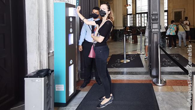 Dezinfekcija užeinant į Kavos muziejų Santose. Brazilijoje įprasta, kad dezinfekcinio skysčio stotelės spaudžiamos koja. Logiška - kam purvintis rankas?