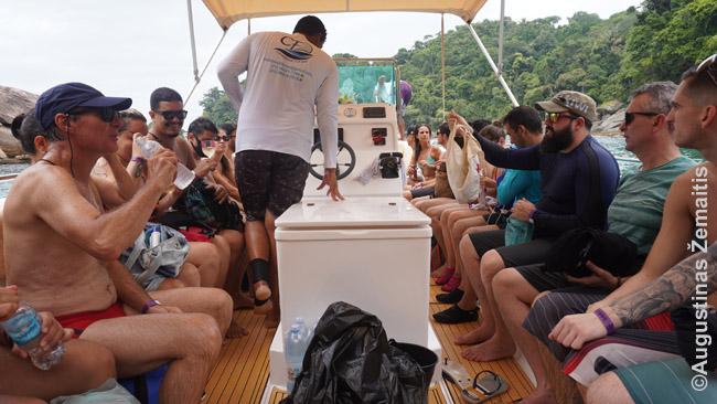 Laive, plaukiančiame aplink Ilha Grande