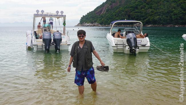Brendu iš laivo į vieną paplūdimių pakeliui