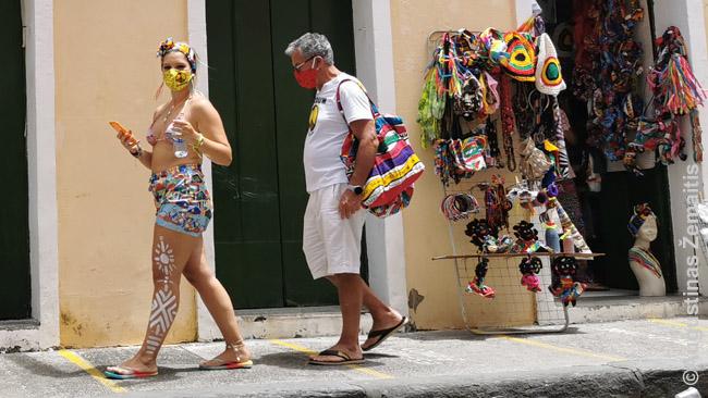 Turistai su vien salvadorietiškais suvenyrais
