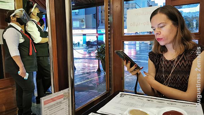 San Paulo kavinėje. Kairėje darbuotojai, tikrinantys įeinančiųjų temperatūras