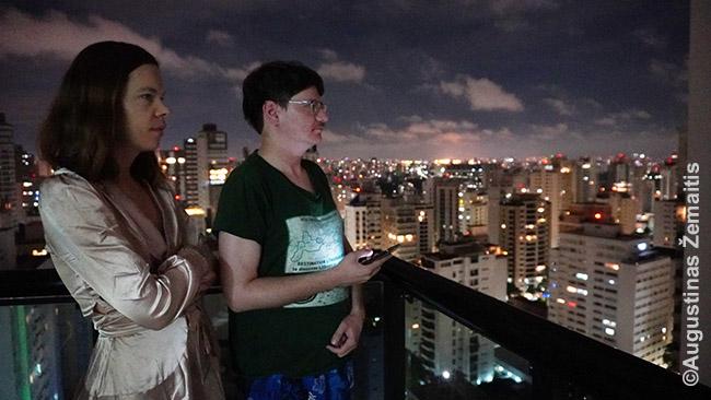 Laukiame fejerverkų balkone San Paule