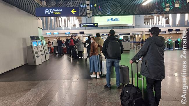 Keleivių ir skrydžių per COVID Vilniuje mažai, užtat eilės prie registracijos ilgos kaip niekad: tenka sutikrinti, ar visus keleivius įleis tos šalys, į kurias jie skrenda, nes jei neįleis, avialinijos privalės grąžinti savo sąskaita