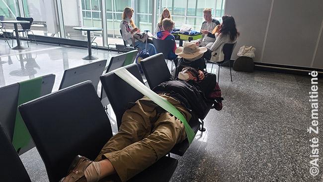 Franfurto oro uoste. Ant kas antros kėdės uždėjus ženklą 'nesėdėti' (dėl privalomo atstumų laikymosi) sunku atsigulti prisnūsti, bet man dar įmanoma