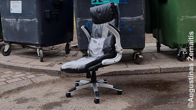 Mano kėdė, kai pagaliau ją palieku prie konteinerio (jau po saviizoliacijos). Ilgai tarnavo, buvo patogi