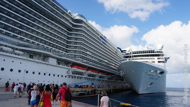 Du laivai vienas šalia kito Jamaikos uoste. Kairėje - mūsiškis MSC Seaside (didelis laivas). Dešinėje - vidutinio dydžio laivas, panašus į tą, kuriuo plaukėme į pirmąjį kruizą
