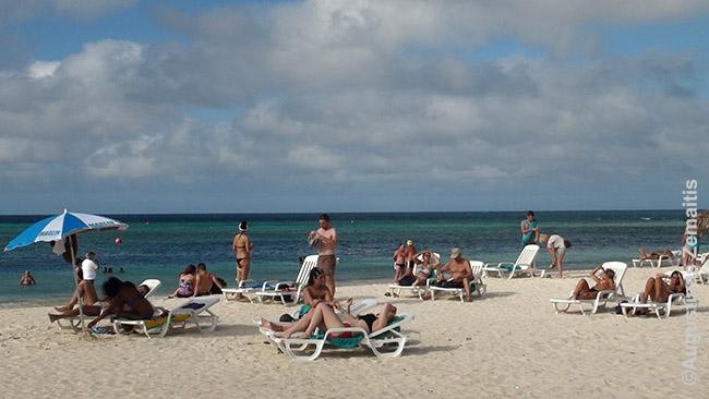 Poilsiautojai iš Europos Gvardalavakos paplūdimyje Kuboje
